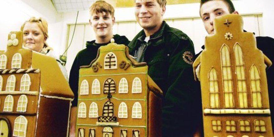 Sie gehören zu den besten Lebkuchenhausbäckern in Lübeck: Denise Fischer, Rene Kappenberg, Marek Koberg und Sascha Kruse. Gemeinsam mit Sascha Oeser und Martin Matschke (beide nicht auf dem Foto) erreichten sie die ersten sechs Plätze. In der Mitte d