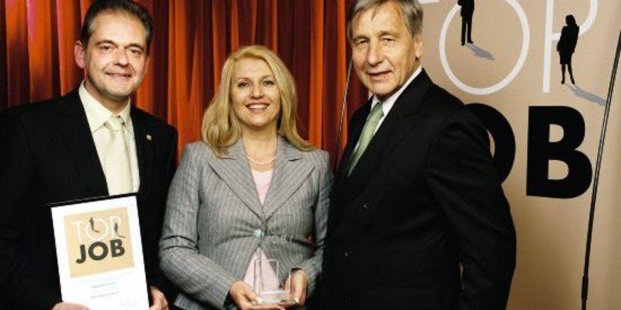 Wolfgang Clement ehrt Manfred und Ingrid Berroth für vorbildliche Personalarbeit.