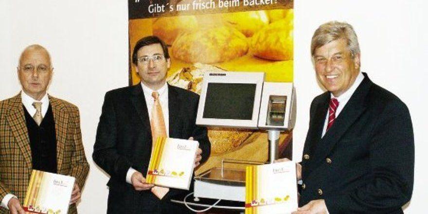 """Zusammenarbeit im Software-Bereich vereinbart (v.<spchar Name=""""EMSQ18""""/>l.): ZV-HGF Dr. Eberhard Gröbel, Bizerba-Vertriebsleiter Claus Herold und ZV-Präsident Peter Becker.<tbs Name=""""foto"""" Content=""""*un""""/>"""