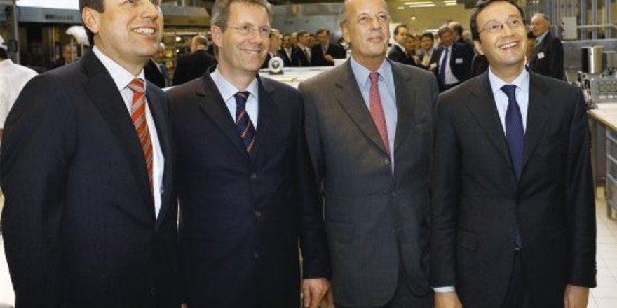 Das Foto zeigt von links Georg Wilming (Mitglied der Geschäftsleitung), Christian Wulff (Ministerpräsident des Landes Niedersachsen), Dr. h. c. August Oetker (Dr. August Oetker KG) und Dr. Detlev Krüger (Sprecher der Geschäftsleitung).