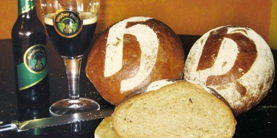 Das Porterbrot, das in Zusammenarbeit mit der Brauerei<br/>Hoepfner entstand und mit dem Hoepfner-H gestäubt wird.