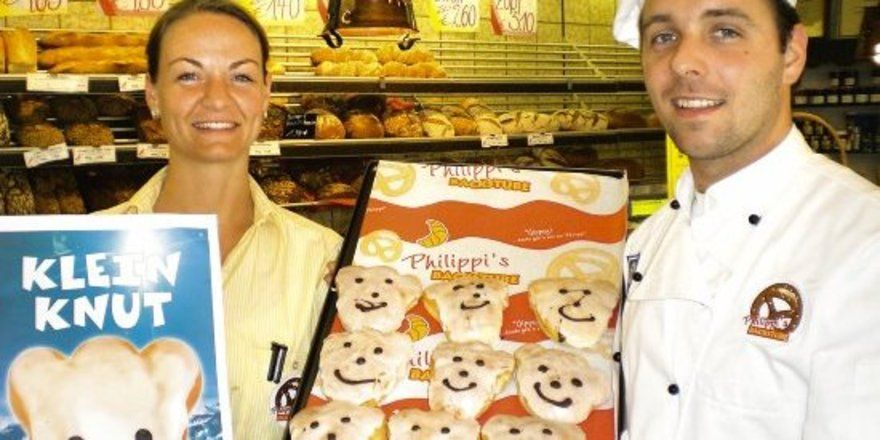 """Sandra und Thorsten Philippi zeigen das Plakat und ein Blech mit dem """"Kleinen Knut"""". <tbs Name=""""foto"""" Content=""""*un""""/>"""