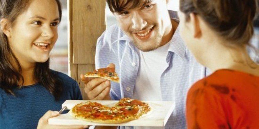 """Der Pro-Kopf-Verbrauch von Tiefkühlpizza ist auf 3 Kilogramm gestiegen – vor allem bei jungen Leuten liegt der belegte Teigfladen voll im Trend. <tbs Name=""""foto"""" Content=""""*un""""/>"""
