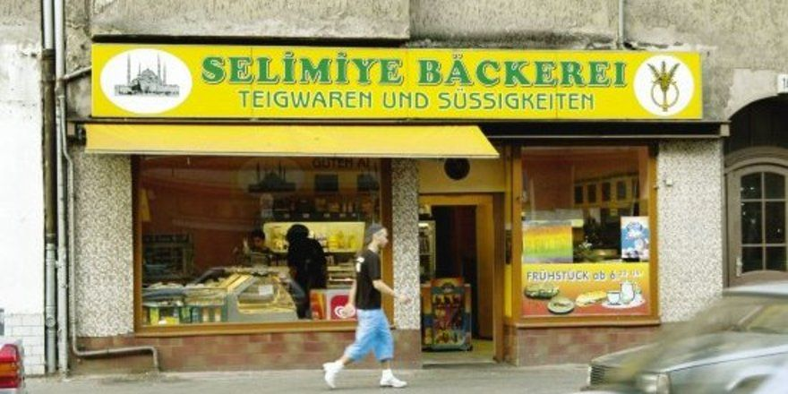 """Meisterbetrieb, Aufbackstation oder Backwarenhändler? Billiganbieter oder Quereinsteiger schmücken sich im hart umkämpften Berliner Backwarenmarkt gern mit der Bezeichnung """"Bäckerei"""", um vom Image der Fachbetriebe zu profitieren."""