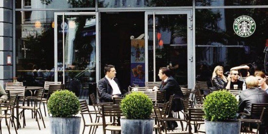 """Starbucks bekommt den Konkurrenzdruck durch die MCDonald's-Offensive deutlich zu spüren. Den 130 Shops und den knapp 400 McCafé stehen zudem über 40.000 Bäckerei-Filialen gegenüber – noch nicht alle mit Kaffeeausschank. <tbs Name=""""foto"""" Content=""""*un"""""""