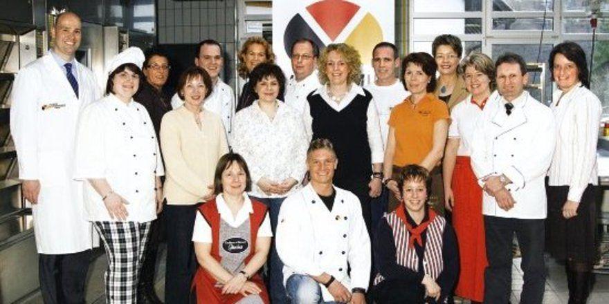 """Die glücklichen Ernährungsberater der 5. Serie in Weinheim, darunter die einhunderste Absolventin Stefanie Meyer (3. von rechts). <tbs Name=""""foto"""" Content=""""*un""""/>"""