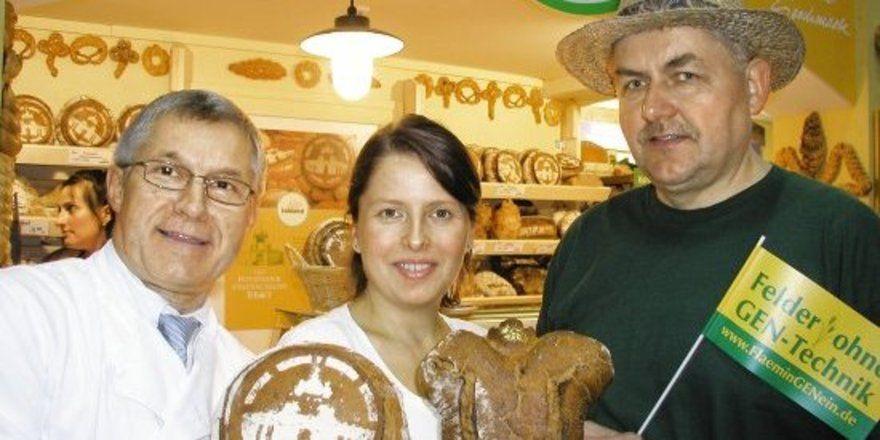 """Die Bäckerei Fahland präsentierte auf der Messe ihre Bio-Backwaren. Frank Fahland, Frau Iwona und der Bio-Roggenproduzent Volker Rottstock (v.l.). <tbs Name=""""foto"""" Content=""""*un""""/>"""