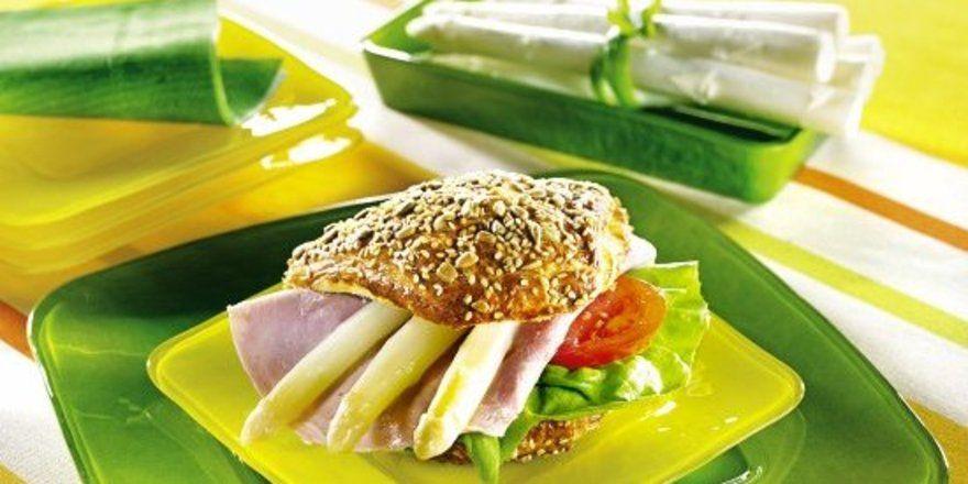 Mit Spargelstangen veredelter Laugenspitz als Bäcker-Gourmetsnack.