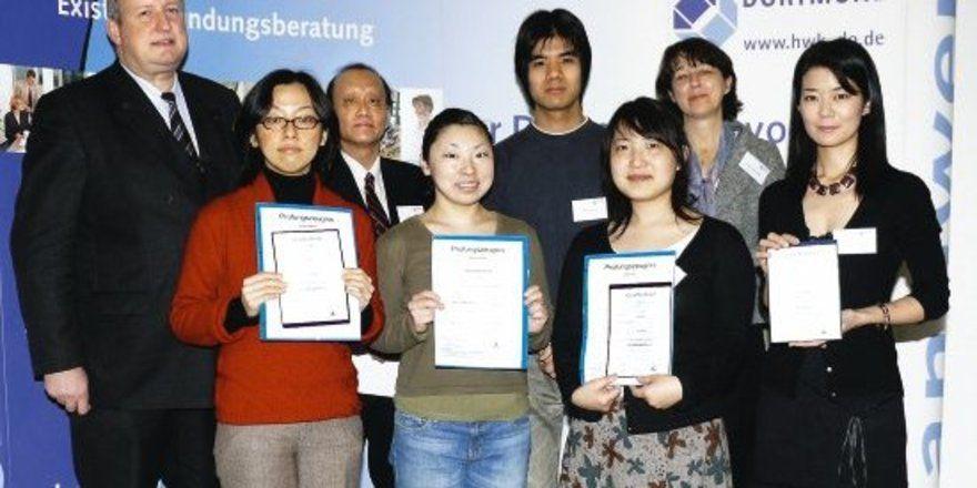 Der japanische Generalkonsul Shin Maruo (3. von links), HWK-Hgf Klaus Yongden Tillmann (links) und InWEnt-Projektleiterin Marina Neuendorff (2. von rechts) gratulierten den jungen Leuten aus Japan, die in Bäckereien und Konditoreien in Bochum, Dortmu