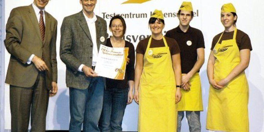 """Zweimal Silber gab es z. B. für das Team der Bäckerei Fischer aus Lichtenau: DLG-Präsident Carl-Albrecht Bartmer (links) überreichte die Urkunden. <tbs Name=""""foto"""" Content=""""*un""""/>"""