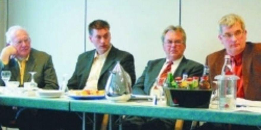 Wie man den explodierenden Prüfungskosten begegnen kann, diskutierten die Teilnehmer der Obermeistertagung in Neumünster (von links): Heinrich Kolls (Ehrenlandesinnungsmeister), Jan Gerdts (Betriebsberater der BKV-Nord), Horst Böttger (Ehrenobermeist
