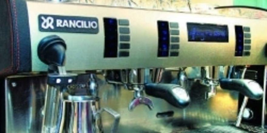 Der Halbautomat, hier ein Modell von Rancillio mit Lederbesatz an Front und Seiten, verspricht hochwertigen Kaffeegenuss.