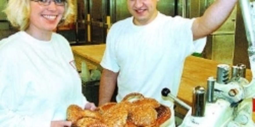 Conny Höfert ist eine der ersten fünf Systemgastronomen, die in einer Bäckerei ausgebildet werden. In diesem Jahr bieten zehn Bäckereien in Schleswig-Holstein schon 35 Ausbildungsplätze an.