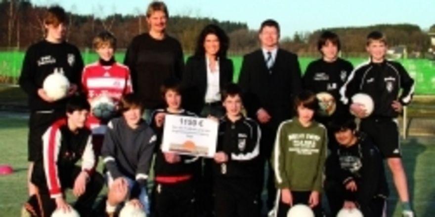 Die jungen Torjäger der SpVG Olpe mit ihren Juniorenvorsitzenden Thomas Huckestein (links), Wolfgang Sauermann(rechts) und Nicole Sondermann (Mitte).