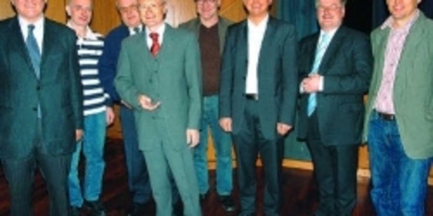 Claus Hipp mit dem Vorstand der Innung Alb-Neckar-Fils: Hans Jörg Walter, Manfred Wagner, OM Johannes Schultheiß, Günther Mühlhäuser, Michael Winter, Geschäftsführer Frank Sautter und Bernd Sigel (von links).