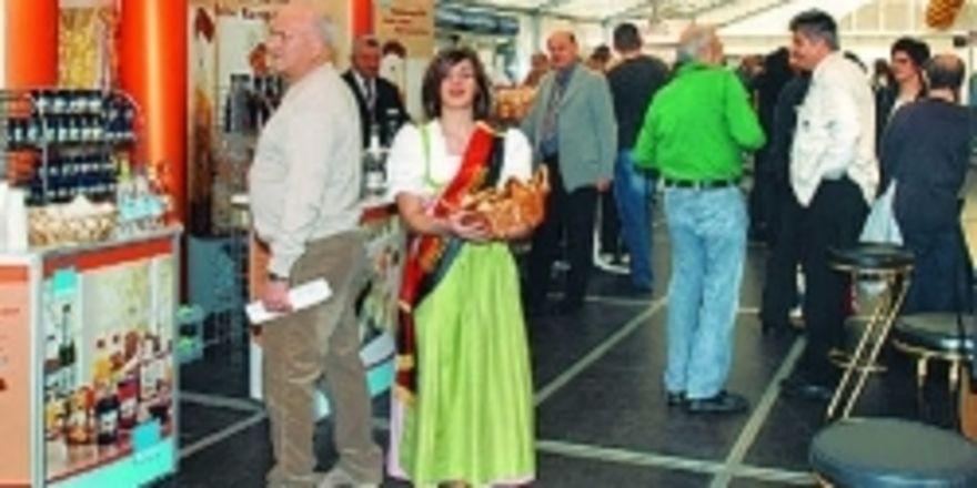 Die Brezelprinzessin begrüßte die Besucher der Hausmesse mit charmantem Lächeln und einer Gratis-Brezel.