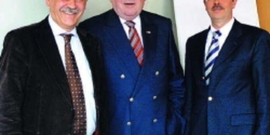 Franz Reisbeck (links) neben Aufsichtsratsvorsitzendem Heinrich Traublinger, scheidet zur Jahresmitte aus der GHM aus. Neuer Vorsitzender der Geschäftsführung wird Dieter Dohr (rechts).