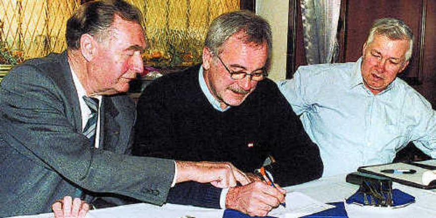 Am Vorstandstisch (von links): Obermeister Christoph Riede, Kassierer Uwe Bernecker und Schriftführer Dieter Breitenstein.