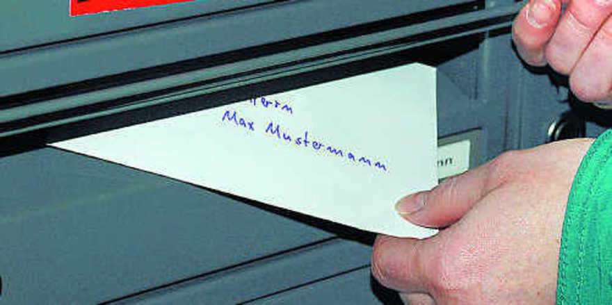 Wenn der Umschlag mit der Kündigung in den Hausbriefkasten des Arbeitnehmers geworfen wird, sollte aus rechtlicher Sicht mindestens ein Zeuge dabei sein, der das Schreiben vorher gelesen hat.