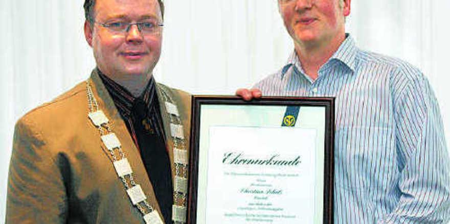 Ordnung muss sein: Vorstandsmitglied Manfred Hennig hängte zu Beginn der Versammlung Obermeister Erich Assmann die Obermeister-Kette um.