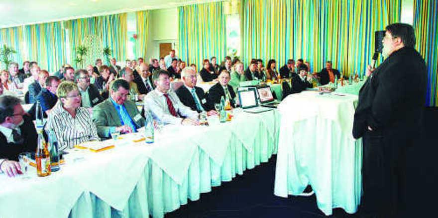 In die Tiefe gehende Vorträge zu Entwicklungen und Chancen des Marktes konnten die 100 Teilnehmer der betriebswirtschaftlichen Tagung in Homburg hören, hier bei der Begrüßung durch Saarlands LIM Roland Schaefer.