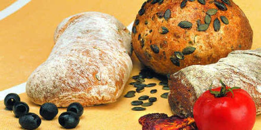 Bei mediterranen Gebäcken werden häufig auch Oliven oder getrocknete Tomaten zugegeben.