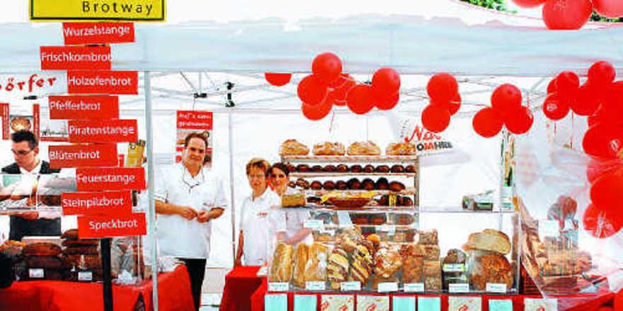 """Falk Hafendorfer (von links), Julia Lang und Sonja Ciulla von der Bäckerei Hafendörfer sorgten mit farbenfroher Dekoration und zahlreichen Brotkreationen auf dem """"Stuttgarter Brotway"""" für Aufmerksamkeit. inghammer"""