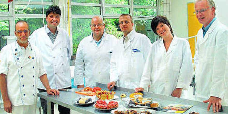Gut vier Stunden sehen, tasten, schmecken... :Die Jury (von links) mit Albrecht Keppler (ADB) Werner Kräling (ABZ), Kurt Kainz (Bäckerei Kainz, Österreich), Jan Hofmaier (Wiesheu) Sonja Bruning und Bernd Mestekemper (beide Meylip) hatte es nicht leic