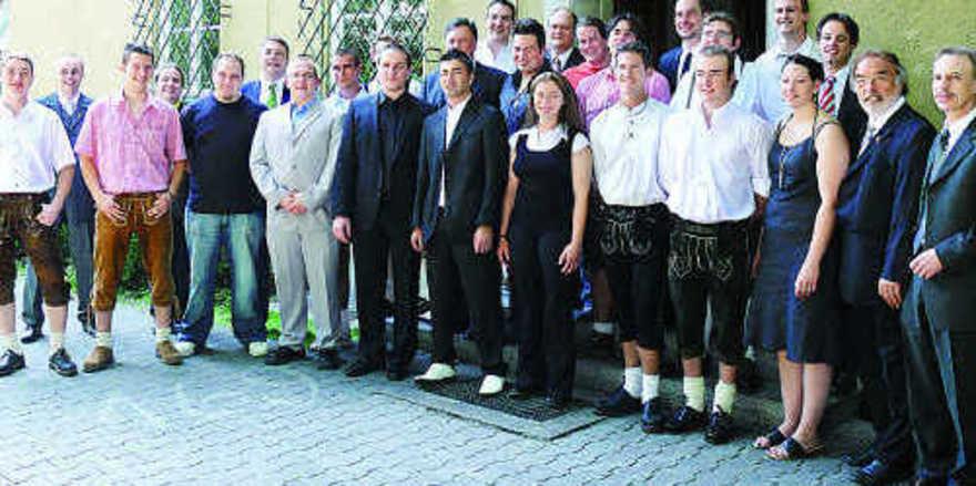 Die Absolventen der Meisterausbildung, Schulleitung und Fachlehrer stellten sich gemeinsam mit Verbandsvertretern, Geschäftsführer Dr. Wolfgang Filter (rechts) und stellv. Landesinnungsmeister Manfred Gebel (2. von rechts), dem Fotografen.