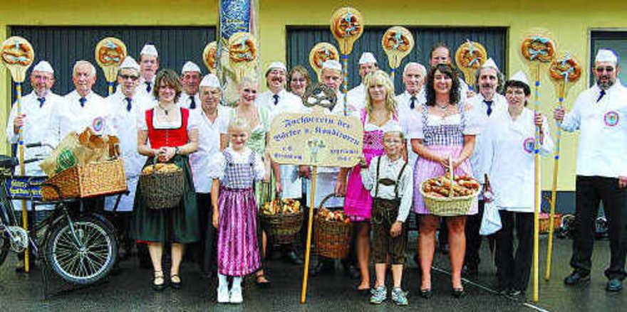 Zum Abmarsch bereit: Der Fachverein der Bäcker und Konditoren Straubing nimmt seit Jahrzehnten am Auszug zum Gäubodenvolksfest Straubing teil. Die Straubinger Bäcker beeindruckten auch heuer wieder Zehntausende von Zuschauern beim Volksfestauszug. Fo