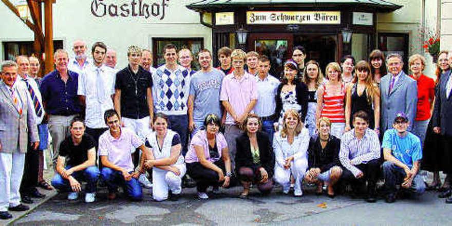 Die erfolgreichen Bäcker und Verkäuferinnen mit ihren Ausbildern, dem Innungsvorstand, Obermeister Joachim Grosch (links) und dem Leiter der Berufsschule Anton Staudigel (rechts).