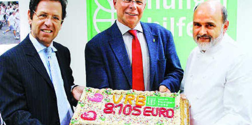 Alfred Wenz (r.) überreicht mit Verbandsgeschäftsführer Walter Dohr (l.) die Spende in Form eines gebackenen Schecks an Hans-Joachim Preuß.