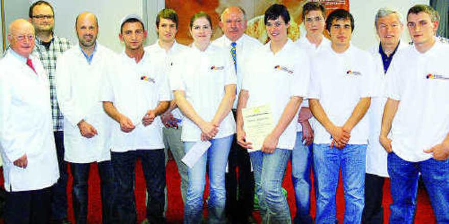 Die derzeitige Württembergische Brezelkönigin Stefanie Bengelmann (Fünfte von rechts) beeindruckte die Prüfer im Leistungswettbewerb: Bei den Bäckern erreichte sie den ersten Platz.