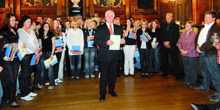 Obermeister Johann Grab von der Bäckerinnung Heidelberg Stadt und Land hat 60 Lehrlinge in der alten Heidelberger Universitätsaula freigesprochen.