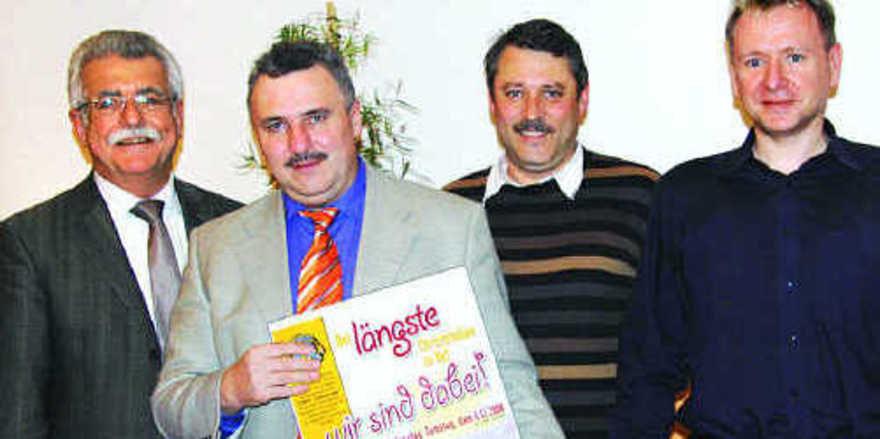 Udo Bauer, Obermeister Harald Friedrich, Kuno Höhne und Thomas Kreil mit dem Werbeplakat für Hofs längsten Stollen (von links).