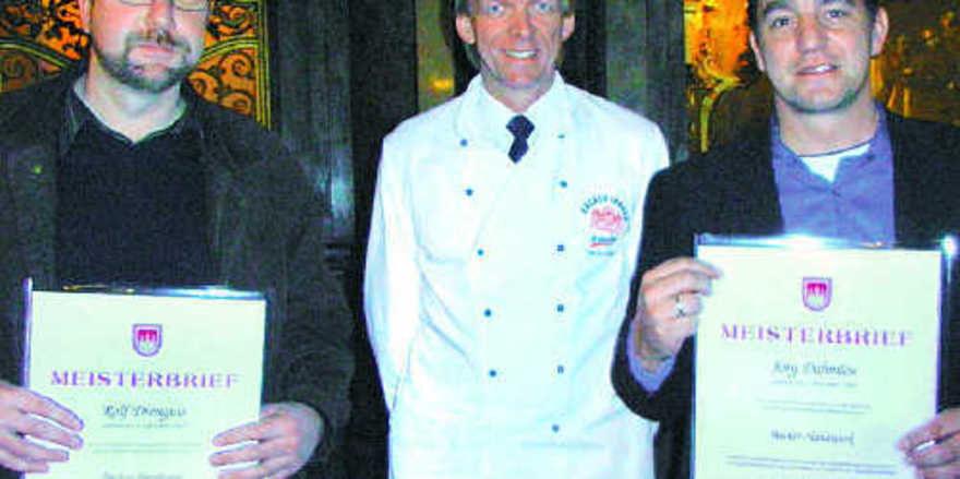 Alle übrigen erhielten ihre Meisterbriefe aus der Hand von Obermeister Jan-Henning Körner (Mitte), hier mit den beiden Bäckermeistern Jörg Dahmlos (rechts) und Rolf Drenguis, beide aus Elmshorn.