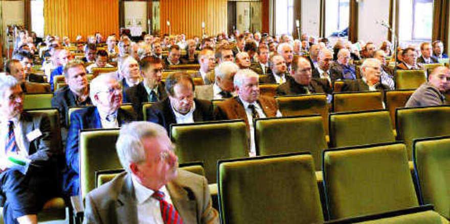 Rund 300 Teilnehmer trafen sich im Roemerhaus auf Einladung der AGF. Neben Vorträgen zu Rohstoffen, Technik und Technologie sorgte der von der EU geplante Wert zum Salzanteil in Backwaren für angeregte Diskussionen.