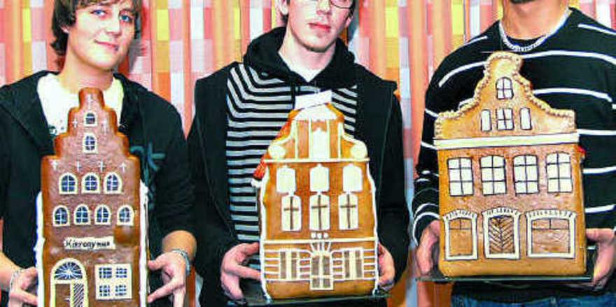 Nur wenige Punkte Unterschied (v. l.): Stefanie Ellerbrock (Platz 2), Mirko Stockhusen (Platz 1) und Björn Preuß (Platz 3) gewannen den Lebkuchenhaus-Wettbewerb in Lübeck.