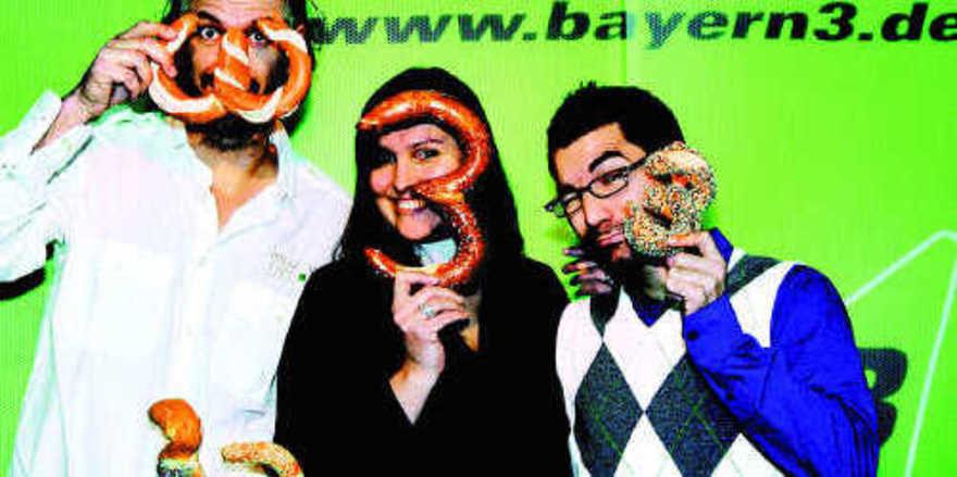 """Das Moderatorenteam der Bayern 3-""""Frühaufdreher"""" (von links): Bernhard Fleischmann, Claudia Conrath und Marcus Fahn freuen sich schon auf die Bayern 3-Brezn 2009."""