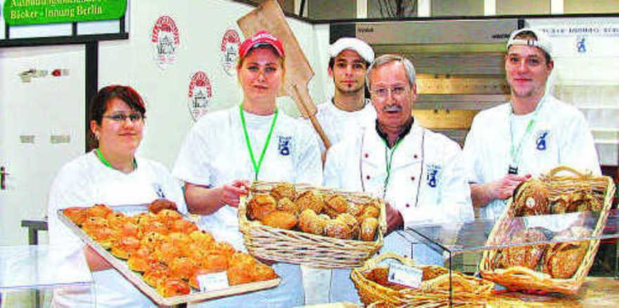 Zur Grünen Woche stets dicht umlagert ist die Ausstellungs- und Schaubackstube der Berliner Bäckerinnung mit täglichen Backvorführungen, Verkostungs- und Verkaufsaktionen.