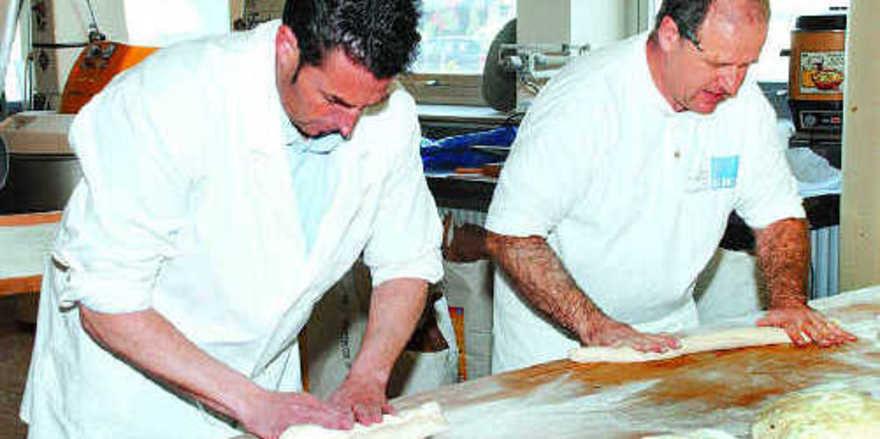 Frank Weis (links) und Achim Stock beim Aufarbeiten des Grundteiges, der als Grundlage verschiedener Produkte dienen kann.