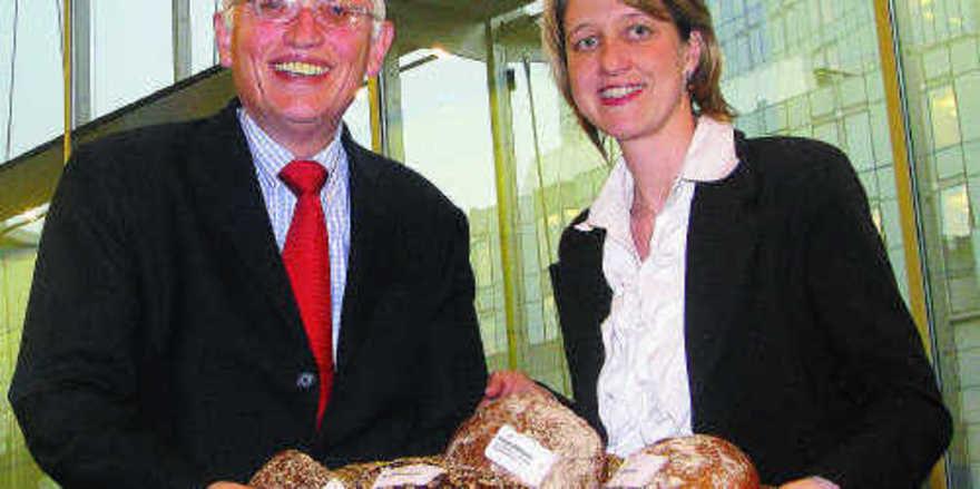 Anja Weisgerber und EU-Kommissar Günther Verheugen in Brüssel mit dem Brotkorb von Otto Wirth, dem Obermeister der Bäckerinnung Schweinfurt.