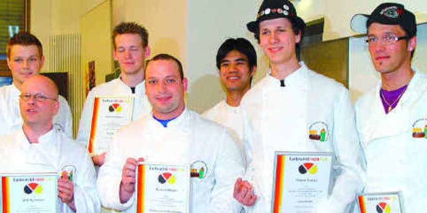 Die Sieger des Backwaren-Designpreises für angehende Meister nahmen ihre Urkunden entgegen. Die Gewinner des Preisgeldes Dirk Schorrer (von links), Roland Weber und Robin Turner freuten sich besonders.