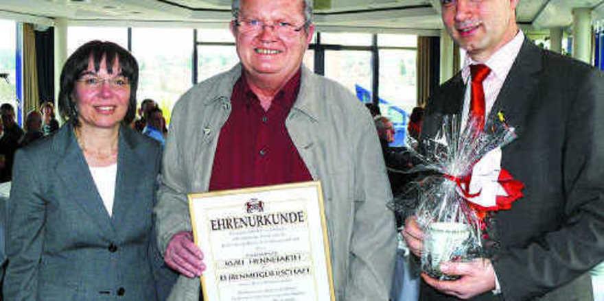 Kurt Hennefarth wurde im Beisein von Geschäftsführerin Ute Sagebiel-Hannich (BIV Baden) von OM Reinhardt zum Ehrenmitglied ernannt.