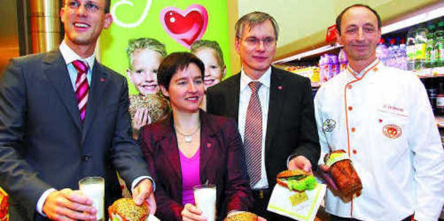 Eine gesunde Zwischenmahlzeit bieten Österreichs Bäckereien an (von links): Christoph Hörhan (Leiter, Fonds Gesundes Österreich), Sonja Wehsely (Stadträtin für Gesundheit und Soziales, Wien), Alois Stöger, (Gesundheitsminister und Präsident des Fonds