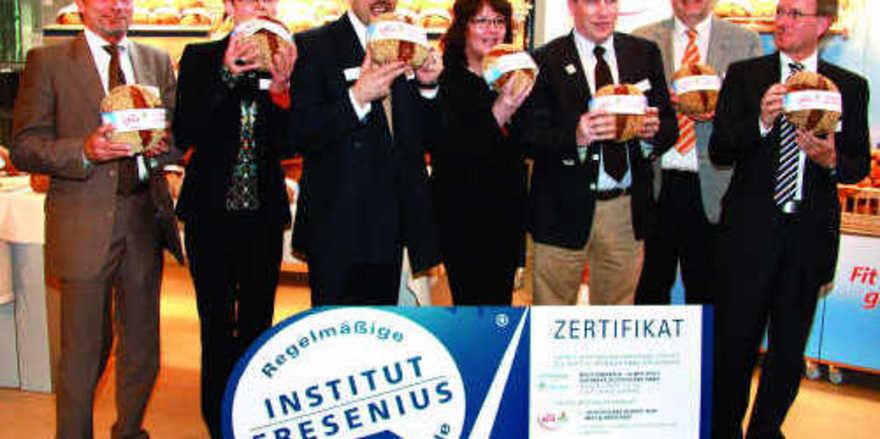 Sie stellten die gelungene Produktpräsentation überzeugend dar (von links): Jochen Schwemann, Heidi Kahlstorf, Frank Breuer, Dr. Petra Ambrosius, Erwin Schaillée, Heinrich Münsterjohann und Dr. Ulrich Ellinghaus.
