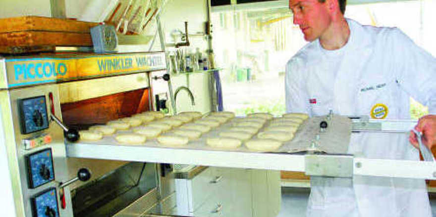 Bei den Backversuchen in der mühleneigenen Backstube hat Müllermeister Michael Heiß das Active Flour-Weizenmehl getestet: Die zusätzlich geschüttete Wassermenge ist auch in den Backwaren komplett enthalten.