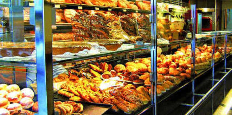 Auch auf die Präsentation von Backwaren kommt es an: Warenfülle in einer akkurat geschichteten Theke animiert zum Kauf und trägt zu einem sauberen, ordentlichen Gesamteindruck der Bäckerei bei.