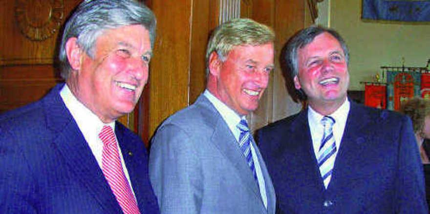 Der scheidende Präsident Peter Becker (links) und sein Amtsnachfolger Josef Katzer (rechts) begrüßen gemeinsam als Ehrengast Ole von Beust, Erster Bürgermeister von Hamburg.