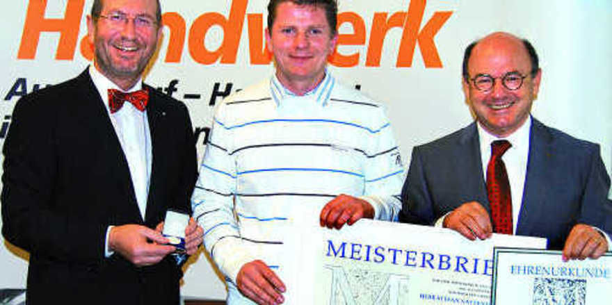 Als bester Bäckermeister aus dem Kammerbezirk Niederbayern-Oberpfalz wurde Stefan Nattenmiller von den HWK-Präsidenten Hans Stark und Franz Prebeck ausgezeichnet.